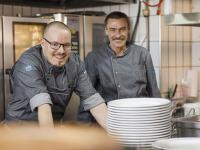 Statt für klassisch weiße Kochkleidung entschieden sich die Mitarbeiter des Klosterbräustüberl für moderne Denim Optik. Und für die Mietkollektion Denim Craft aus dem Sortiment der DBL. / Bildquelle: Beide DBL