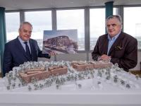 Die Partnerschaft ist perfekt! Patrick Schwarz-Schütte (rechts, Black Horse Investments GmbH) und  Jörg T. Böckeler bei der Unterzeichnung des Pachtvertrages