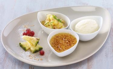 Gebrannte Pina-Colada-Crème mit Joghurteis und Ananassalat von Debic