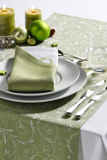 Weihnachtliche Tischdekoration mit eleganter Tischwäsche