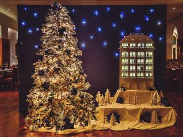 Schön geschmückter Weihnachtsbaum in Villa Kennedy und Bucherer Frankfurt