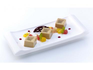 Gestürzte Crème von Ceylontee mit marinierten Früchten