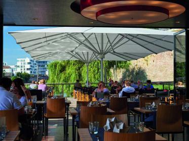 Geprüfter UV-Schutz mit May-Sonnenschirmen auf der Terrasse