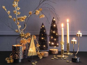 Weihnachtliche Tischwäsche und Deko für die glänzende Feier
