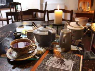 Eine Tasse Kaffee im Café Sherlock genießen