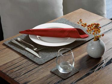 Pflegeleichte Tischwäsche mit natürlicher Optik setzt Akzente im Innen- und Außenbereich