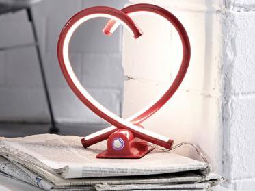 Diese rote Nachttischlampe macht Ihr Haus zum Liebeshotel