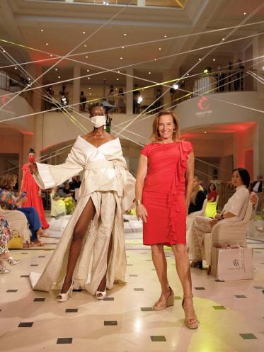 Adlon Lobby als Bühne für Fashion Show mitAnja Gockel