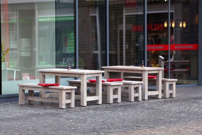outdoor m bel gastronomie mit spuren von wind und wetter