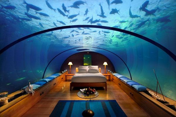 Das Hotel Zimmer besitzt einen Sitzbereich mit Blick auf das Wasser