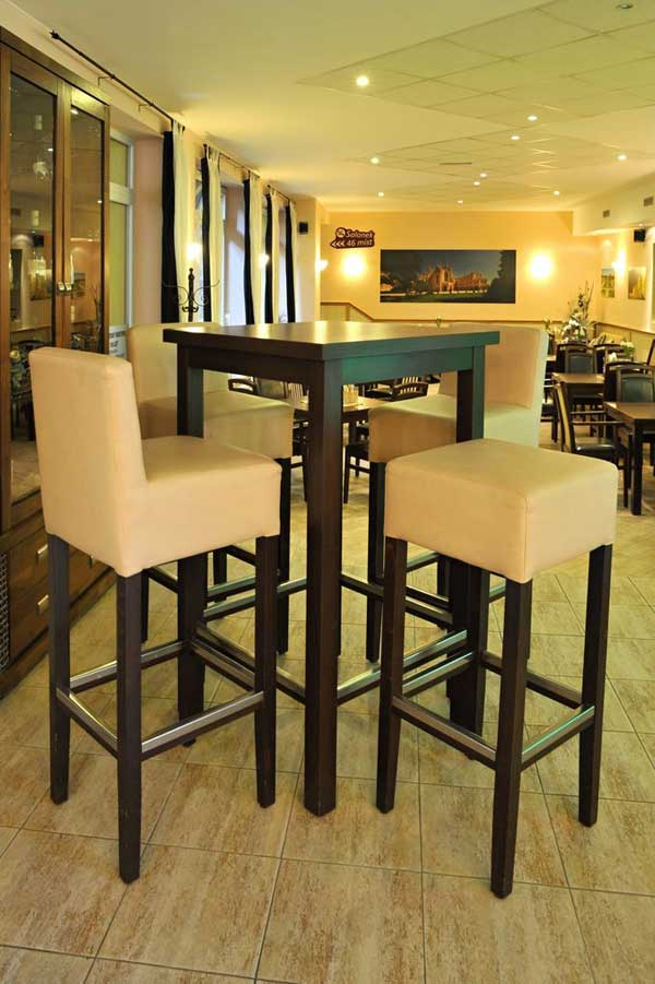 barhocker aus holz f r die gastronomie von einem. Black Bedroom Furniture Sets. Home Design Ideas